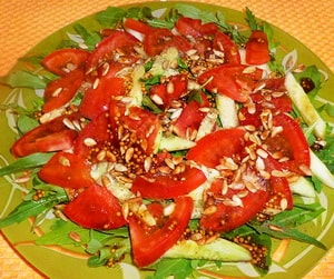 Салат из рукколы с семечками