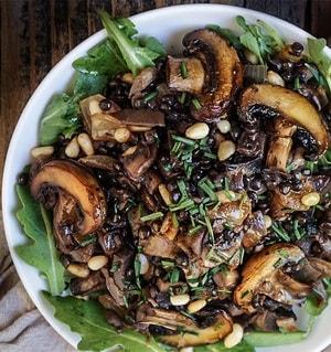 Чечевица с кедровыми орехами и грибами