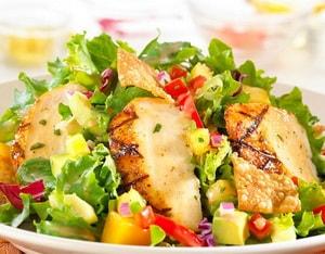 так выглядит салат с курицей и манго