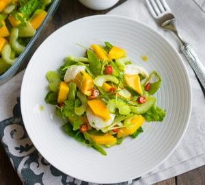 так выглядит салат с манго и сельдиреем