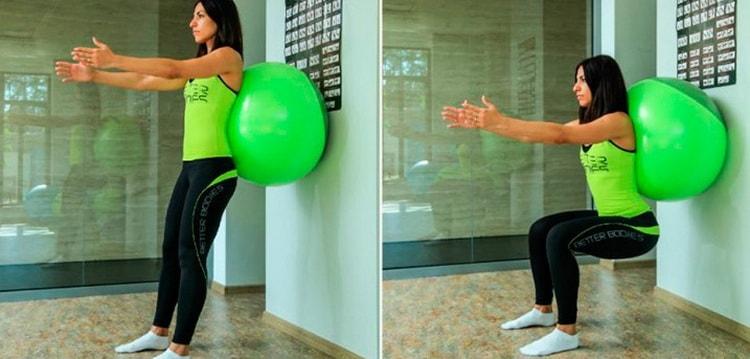 упражнения приседания с фитболом у стены