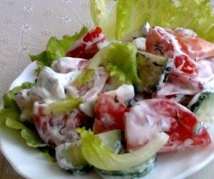 калорийность салата с помидором и огурцом заправленного сметаной