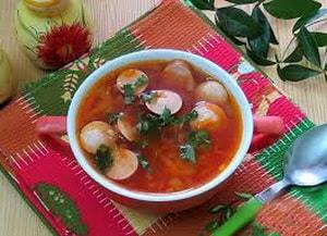 приготовление томатного супа с сосисками